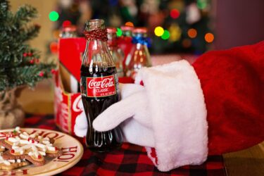 サンタとコーラの深〜い関係・サンタの赤い服はコーラの色?